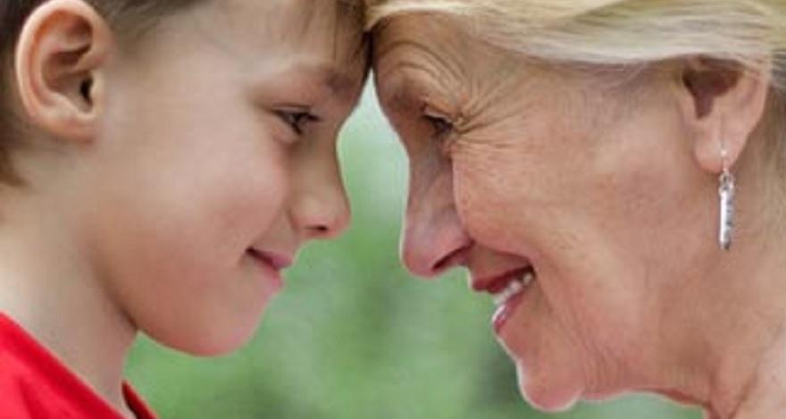 Kind en oma met voorhoofden tegen elkaar